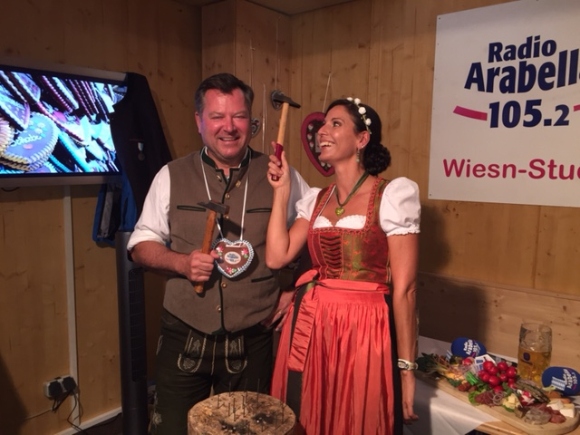 Wiesnchef und Bürgermeister Josef Schmid kann auch sehr gut mit dem Hammer umgehen