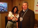Nicht nur beim Ozapfen schlägt sich unser Oberbürgermeister Dieter Reiter sehr gut, auch beim traditionellen Nageln auf dem Holzstamm