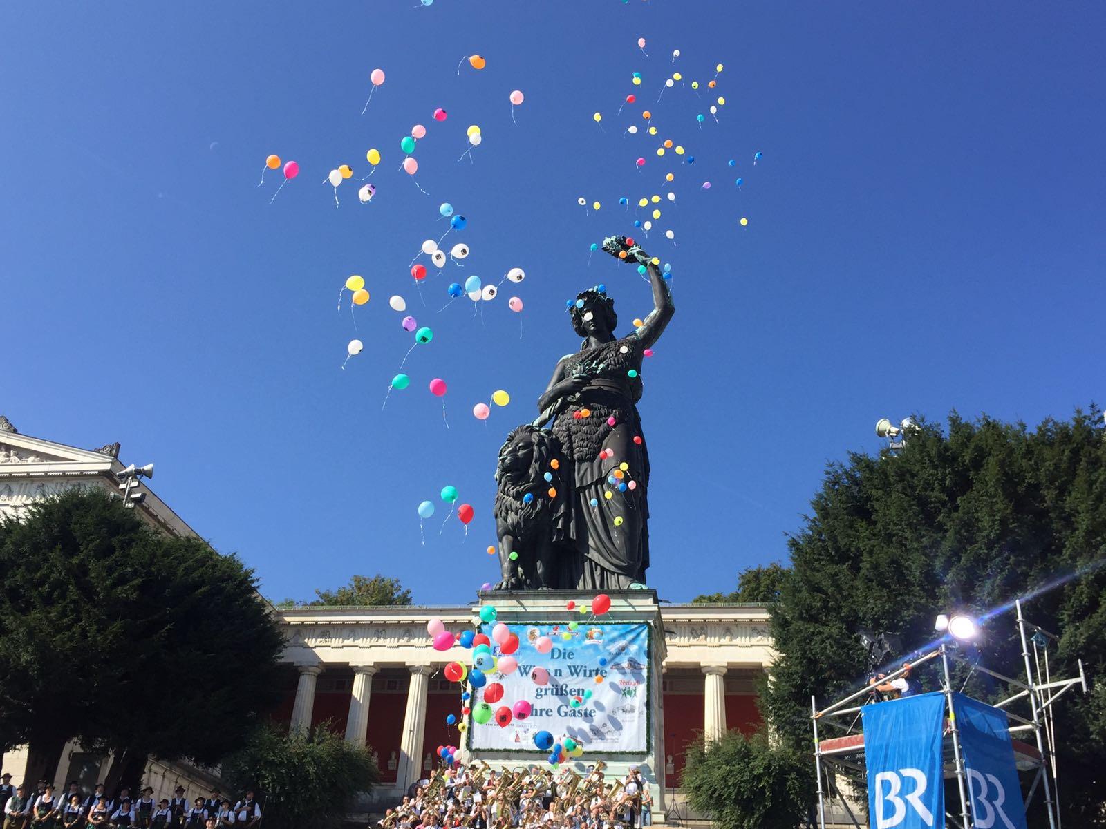 romantisches Luftballon aufsteigen an der Bavaria zum Abschluss eines zünftigen Standkonzertes
