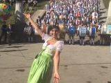 Standkonzert der Wiesnkapellen auf den Stufen der Bavaria